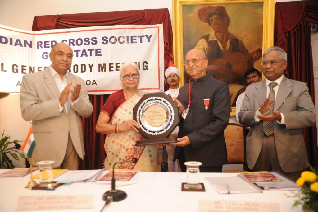 Hon'ble Governor Smt. Mridula Sinha Falicitating Shri I. J. Virani, Chairman, IRCS Bardez Branch